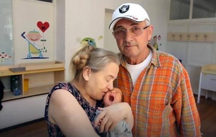 Женщина родила в 60 лет. Но ее муж возненавидел ребенка и бросил семью, после стольких лет брака!