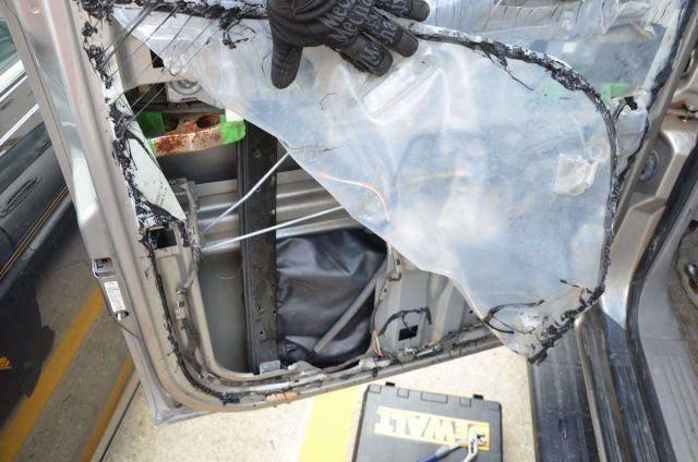 Мужчина нашёл ЭТО в двери своего автомобиля. А купил-то он его на полицейском аукционе!