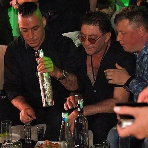 Солиста Rammstein засняли пьющим водку с Лепсом и Газмановым rammstein, в мире, водка, жара, забавно, знаменитости, люди, певицы